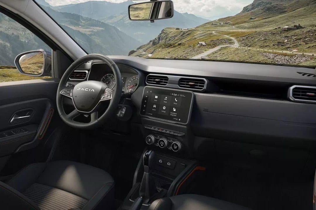 Fahrerorientiertes Cockpit des Dacia DUSTER Autohaus Schouren
