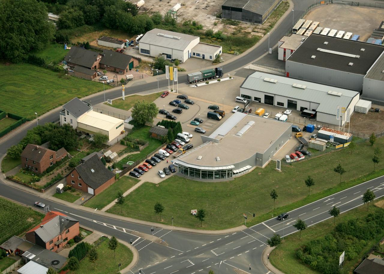 Das neue Autohaus in Katers Feld wird mit einem großen Fest eröffnet. 